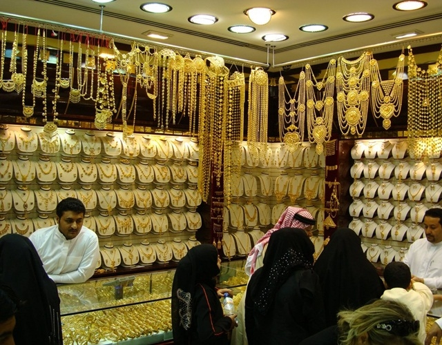 Chợ vàng Gold Souk  là nơi tập trung nhiều trang sức vàng nhất thế giới.
